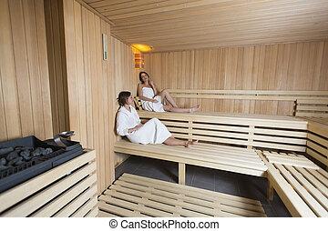 hei frauen drei entspannend sauna drei haben hei sauna unterhaltung genie en. Black Bedroom Furniture Sets. Home Design Ideas