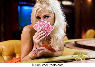 junge frauen, in, kasino, mit, kartenspielen