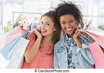junge frauen, mit, einkaufstüten, in, kleidung- speicher