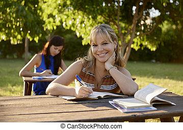 junge frauen, studieren, mit, lehrbuch, für, hochschule, prüfungen, an, schule
