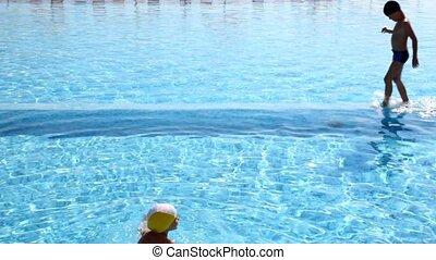 junge, gesprungen, in, der, wasser, m�dchen, schwimmt,...