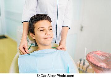 junge, in, a, zahnärztlicher stuhl, pädiatrisch, zahntechnik