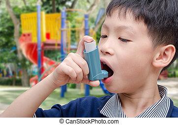 junge, inhalationsapparat benutzend, an, spielplatz