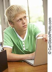 junge, jugendlich, laptop, schuldiges , schauen, gebrauchend, daheim