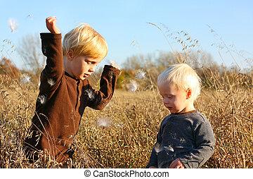 junge kinder, spielen draußen, in, herbst