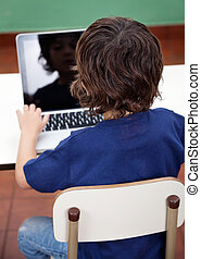 junge, laptop benutzend, in, kindergarten
