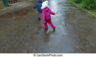 junge mädchen, gehen, auf, a, nasse, road., kinder, laufen, durch, der, puddles., regen, beendet, recently., kinder, in, herbst, park
