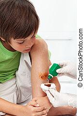 Junge, notfall, Bein, -, Behandlung, Desinfizieren,...