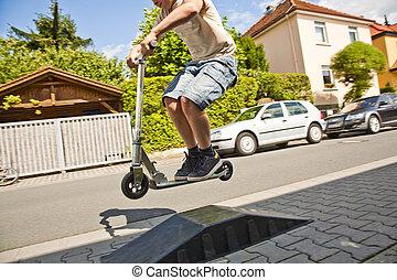junge, reiten scooter, gehen, zerstreut