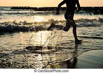 junge, -, rennender , sonnenuntergang, meer, sandstrand