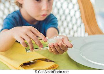 junge, sanitizer, handwäsche, gebrauchend, café, gel