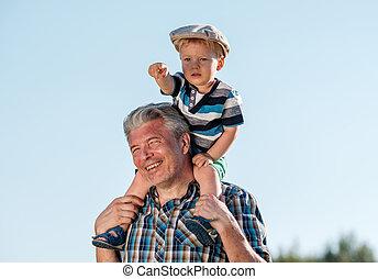 junge, schultern, seine, enkel, großvater, trägt, kleinkind