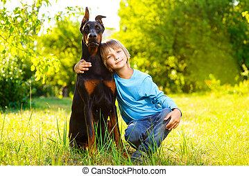 junge, seine, sommer, dobermann, park, hund, geliebt, umarmungen, oder