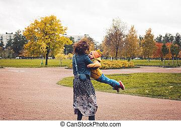junge, sie, familie, mutter, umarmen, sohn, herbst, park., zusammen., kind, mama, outdoors., mögen, spielende , glücklich