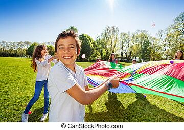 junge, spiel, aktive, lächeln, friends, spielende