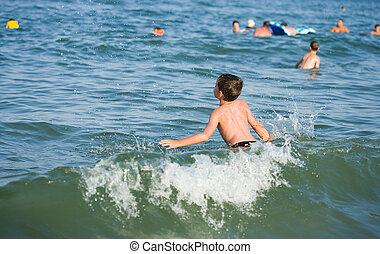 junge, spielende , in, meerwasser