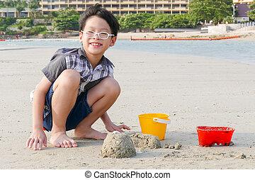 junge, spielende , sand, auf, sandstrand