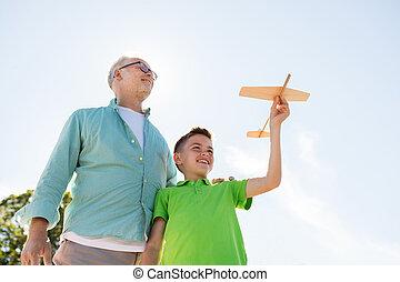 junge, spielzeug, aus, himmelsgewölbe, älter, motorflugzeug, mann