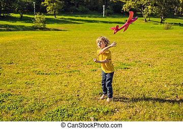 junge, spielzeug, park, eben, spielende , glücklich
