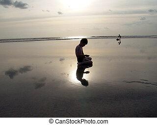 junge, strand, mit, sonnenuntergang, und, reflexionen