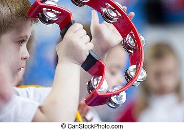 junge, tamburin, baumschule, spielende