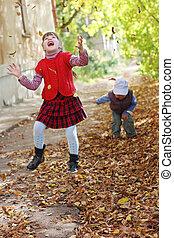 Junge, wenig, Blätter, Fokus, weste, Auf, Herbst, Tag, m�dchen, Würfe, heraus