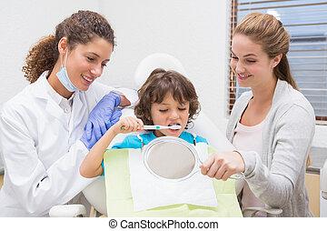 junge, wenig, seine, ausstellung, wie, zahnarzt, bürste, pädiatrisch, z�hne