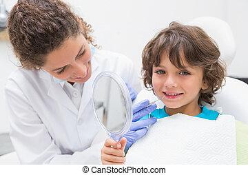 junge, wenig, seine, zeigende zähne, zahnarzt, pädiatrisch, spiegel