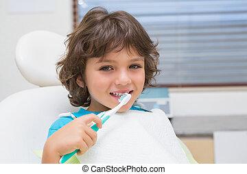 junge, wenig, zahnärzte, toothrbrush, gebrauchend, stuhl