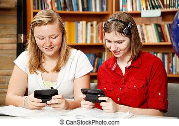jungendliche, texting, in, buchausleihe