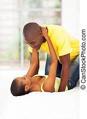 junger, afrikanisch, ehepaar bett