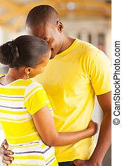 junger, afrikanisch, ehepaar, küßt