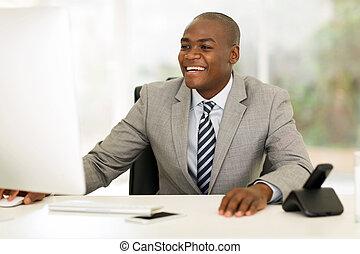 junger, afrikanisch, geschäftsmann, arbeiten computer