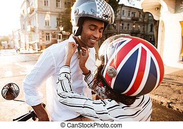 junger, afrikanisch, paar, in, moto, helme