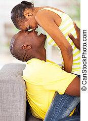 junger, afrikanisch, paar, schäkerei