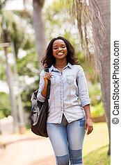 junger, afrikanisch, student, gehen, auf, campus