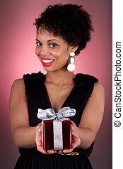 junger, afrikanische amerikanische frau, angebot, a, geschenk