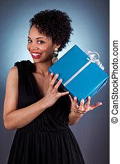 junger, afrikanische amerikanische frau, halten geschenks
