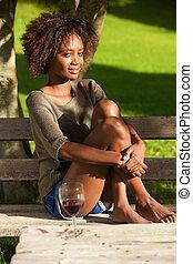 junger, afrikanische amerikanische frau, sitzen, barfuß, park