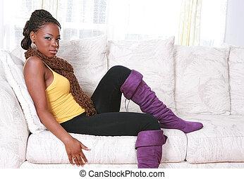 junger, afrikanische amerikanische frau, sitzen sofa