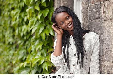 junger, afrikanische amerikanische frau, stehende , und, lächeln