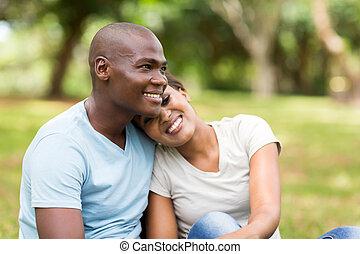 junger, afrikanische amerikanische paare, sitzen, draußen