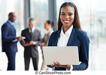 junger, afrikanischer amerikaner, geschäftsfrau, laptop benutzend, edv