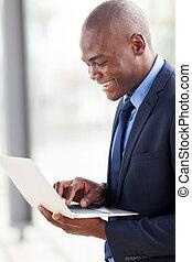 junger, afrikanischer amerikaner, geschäftsmann, laptop benutzend, edv