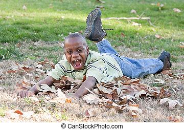 junger, afrikanischer amerikanischer junge, spielende , park