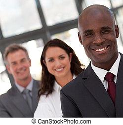 junger, afrikanischer amerikanischer mann, geschaeftswelt, führen, a, mannschaft