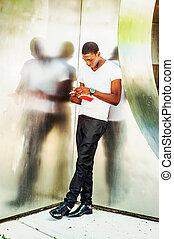 junger, afrikanischer amerikanischer mann, lesend buch, draußen, in, new york