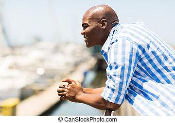 junger, afrikanischer mann, draußen, weg schauen