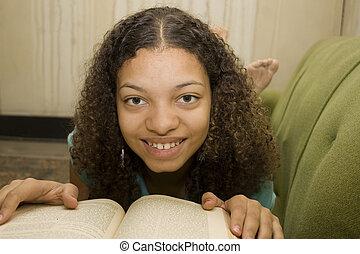 junger, afrikanisches amerikanisches jugendlich, lesende
