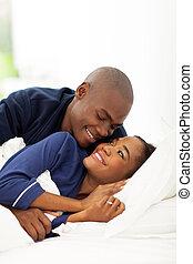 junger, afroamerikanisch, ehepaar bett